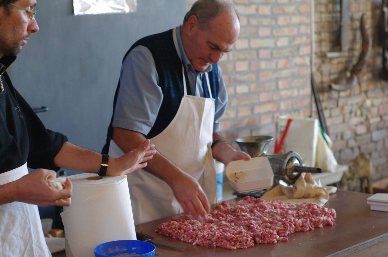 La concia di sale, pepe ed aromi viene sparsa sapientemente sulla carne, in modo che la salatura risulti omogenea.