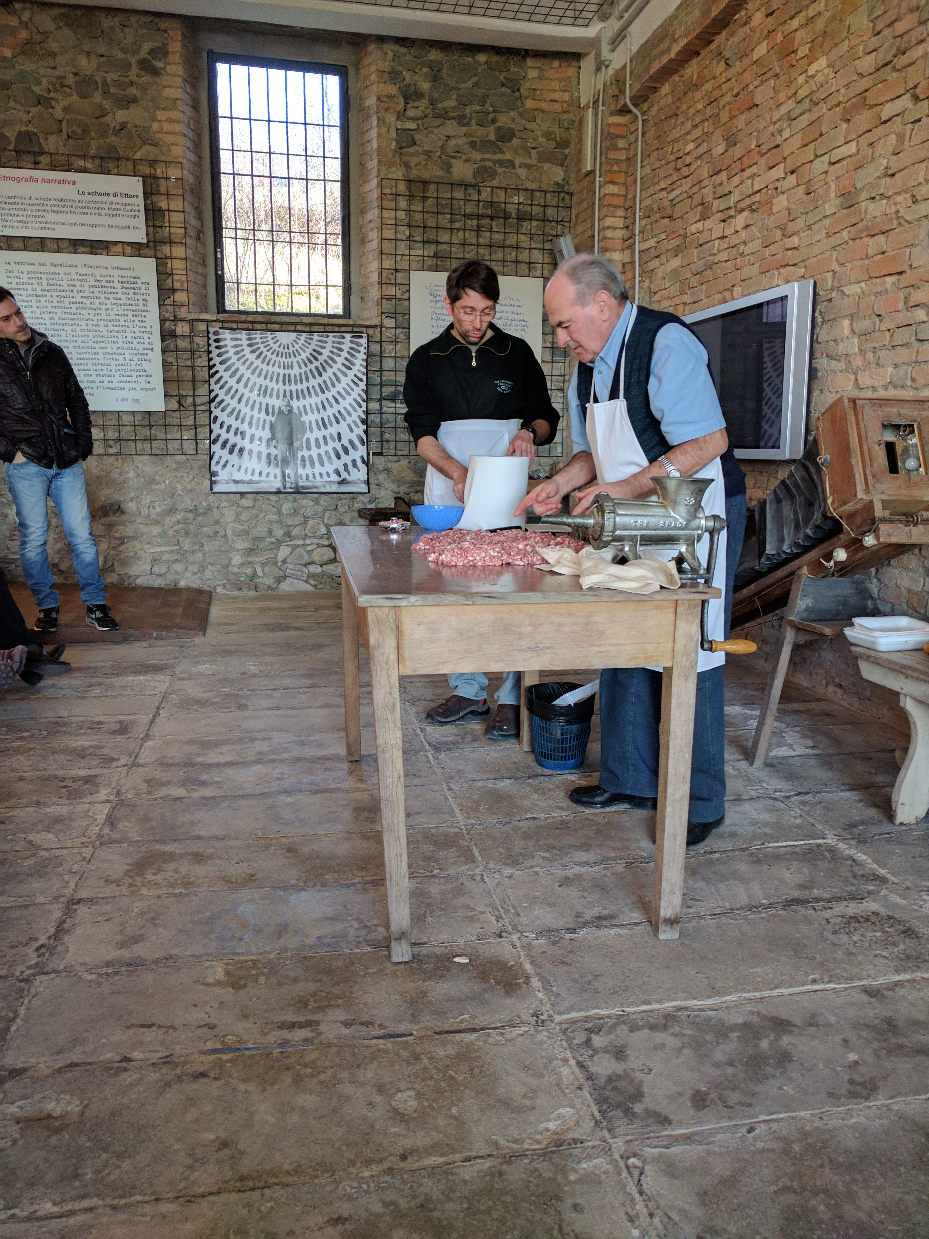 La carne macinata viene stesa sul piano di lavorazione ed ispezionata: vengono eliminati eventuali scarti, pezzi macinati male o altre parti che potrebbero dare fastidio in bocca.