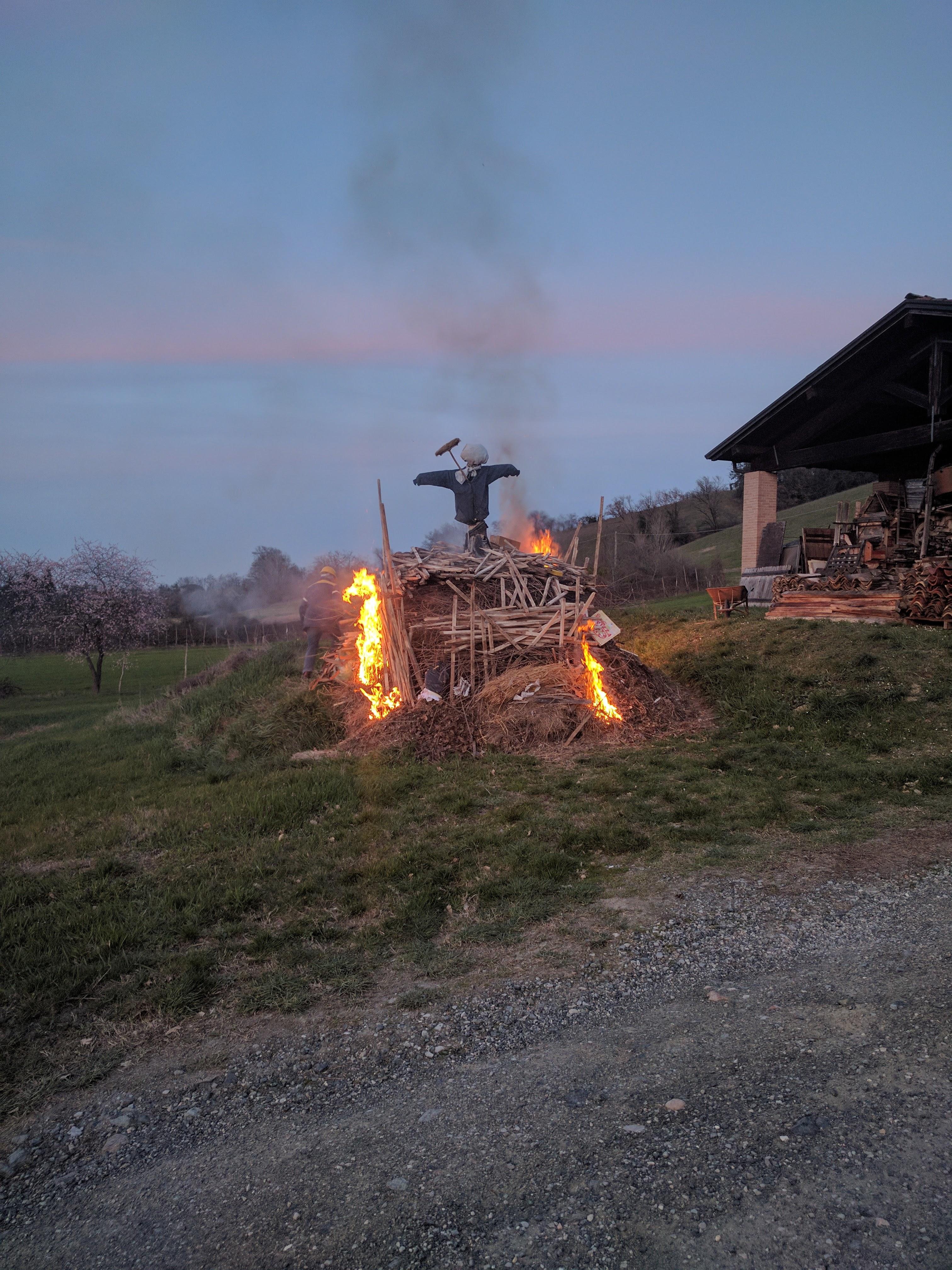 Il falò inizia ad ardere.