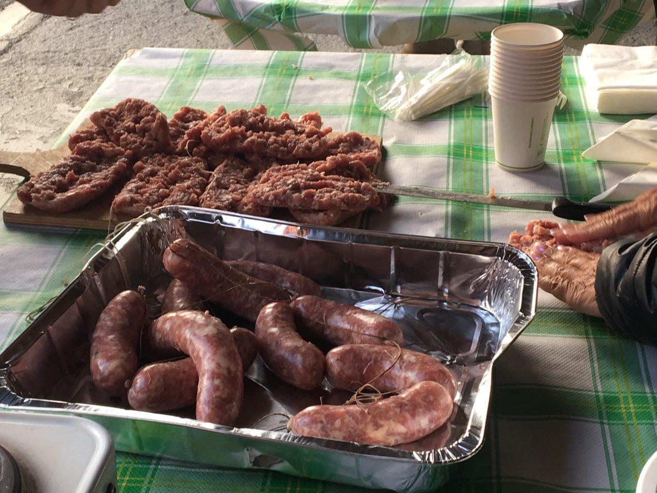 Dopo tanta fatica, la scorpacciata è d'obbligo! Ecco i salamini che vengono aperti in due e preparati per essere grigliati.