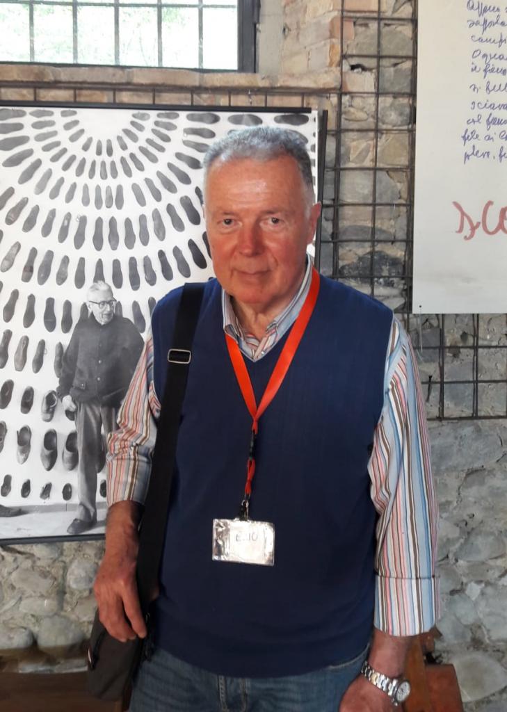 Ezio al Museo Guatelli, nel 2019, davanti alla foto di Ettore; la foto è stata scattata in occasione di una delle sue prime visite guidate. (Foto: Lino Abbati)