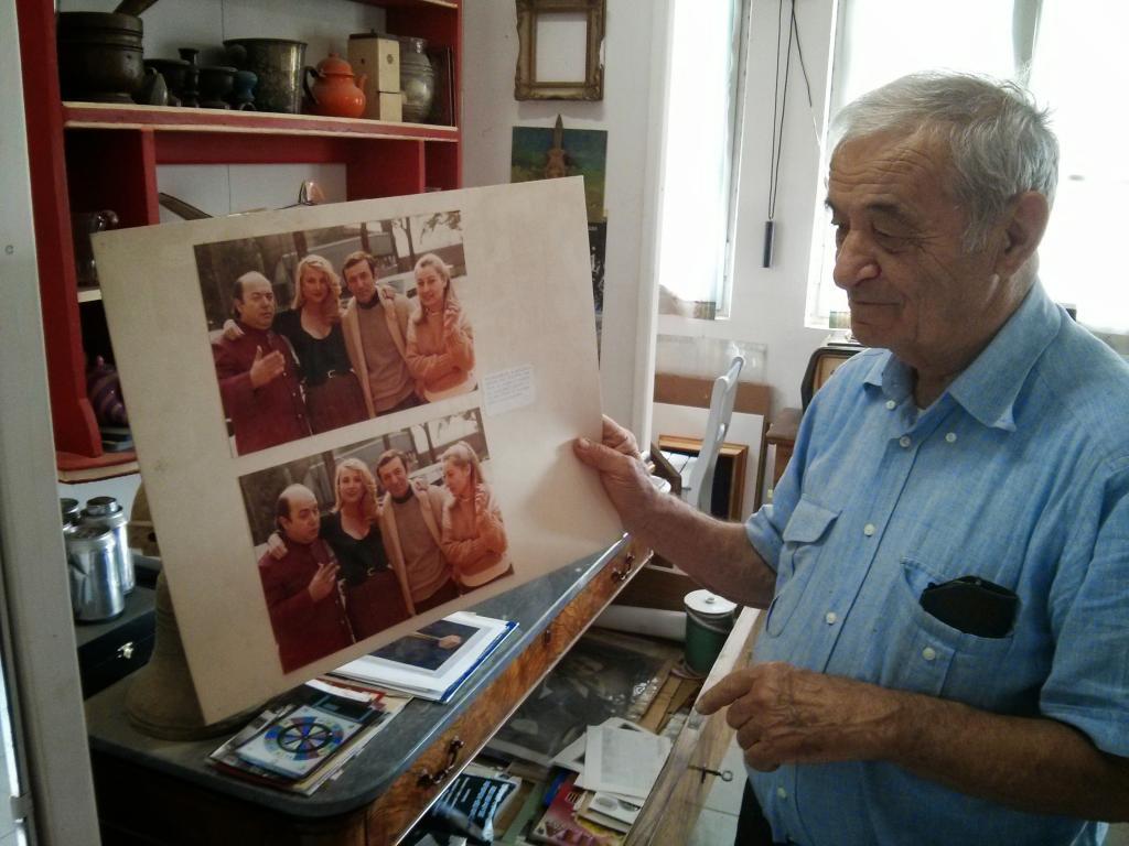 """<span id=""""docs-internal-guid-9193deb4-7fff-9ec2-e304-d79f66629427""""><span>Luglio 2014 - Nelson mostra con orgoglio alcune foto che lo ritraggono assieme a Lino Banfi e Barbara Buchet, protagonisti del film """"La moglie in vacanza... l'amante in città"""" (1980), che fu in parte girato presso Villa Fornari, in Via Nazionale 80 a Ozzano Taro.</span></span>"""